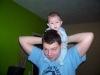 Bij papa op zijn nek!